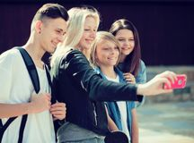 Tieners die beelden van zich op smartphone nemen royalty-vrije stock fotografie