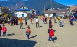 Tieners die bij het stadsvierkant spelen van een ver bergdorp, Num, Nepal stock foto