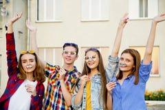 Tieners die buiten lopen Royalty-vrije Stock Afbeeldingen