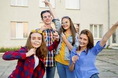 Tieners die buiten lopen Stock Afbeeldingen