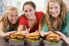 Tieners die Burgers eten stock afbeelding