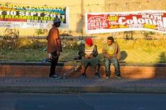 Tieners die in de straat van de Stad van Johannesburg met een skateboard rijden royalty-vrije stock fotografie
