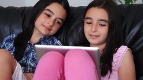 Tieners die digitale tabletcomputer met behulp van stock video