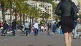 Tieners die fietsen langs dijk berijden die voorzichtig voorbijgangers omcirkelen stock video