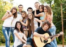 Tieners die gitaar en het zingen spelen Stock Afbeelding