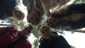 Tieners die in het bos wandelen die verrassend een doen schrikken reactie op bizar iets hebben ontdekken zij - stock video