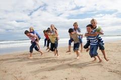 Tieners die op de rug spelen Stock Foto
