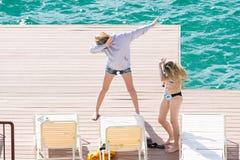 Tieners die op een dok betten royalty-vrije stock foto