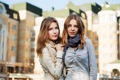 Jonge meisjes op een stadsstraat Royalty-vrije Stock Afbeeldingen