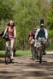 Tieners die op fietsen berijden Royalty-vrije Stock Foto