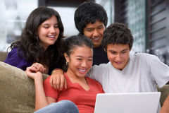 Tieners die op iets op laptop letten Royalty-vrije Stock Foto