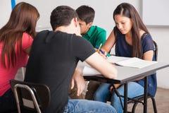 Tieners die op school bestuderen royalty-vrije stock afbeeldingen