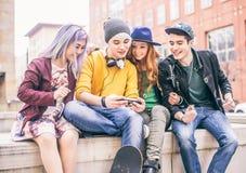 Tieners die in openlucht samenkomen Stock Afbeeldingen