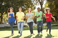 Tieners die Park doornemen stock fotografie
