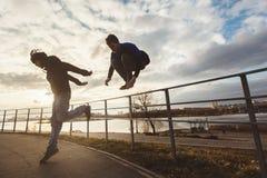 Tieners die parkour motivatie springen Royalty-vrije Stock Afbeeldingen
