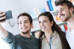 Tieners die selfies met een mobiele telefoon nemen Stock Afbeelding