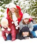 Tieners die in sneeuw spelen Stock Fotografie