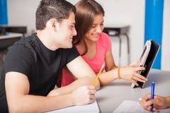 Tieners die technologie gebruiken stock afbeelding