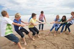 Tieners die touwtrekwedstrijd spelen Royalty-vrije Stock Foto's