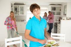 Tieners die van geen huishoudelijk werk genieten Stock Foto