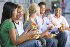Tieners die van lunch samen genieten stock afbeeldingen