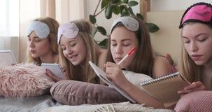 Tieners die wenslijst in blocnote schrijven stock videobeelden