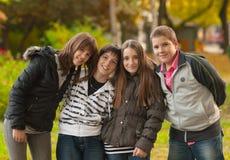 Tieners en meisjes die pret in het park hebben Stock Foto
