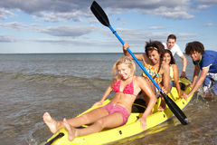 Tieners in kano in het overzees royalty-vrije stock afbeeldingen