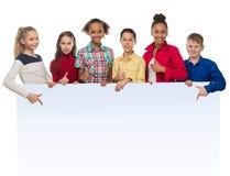 Tieners met duimen die op een advertentiespatie benadrukken stock afbeeldingen
