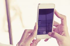 Tieners met mobiele telefoon stock foto's