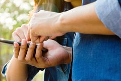 Tieners met mobiele telefoon royalty-vrije stock foto