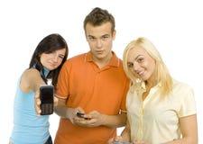 Tieners met mobiele telefoons Stock Afbeeldingen
