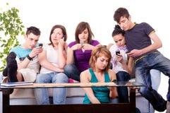 Tieners - mobiele manie Royalty-vrije Stock Afbeeldingen