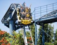 Tieners op een achtbaan stock foto