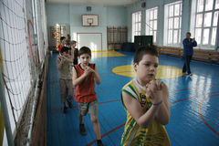 Tieners op school in gymnastiekklasse Royalty-vrije Stock Afbeeldingen
