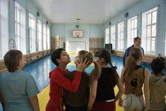 Tieners op school in lichamelijke opvoeding stock foto's