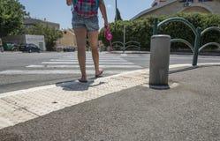 Tienerschoolmeisje met een rugzak op haar rug en hoofdtelefoons Stock Afbeelding