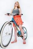 Tienerschoolmeisje met haar fiets Stock Fotografie