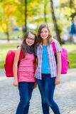 Tienerschoolmeisjes met schooltas Stock Afbeeldingen