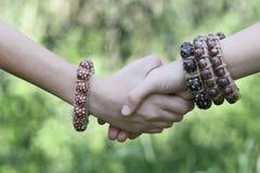 Tienershanddruk met boho gestileerde juwelen stock fotografie