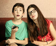 Tienersiblings broer en zuster die op TV letten royalty-vrije stock foto