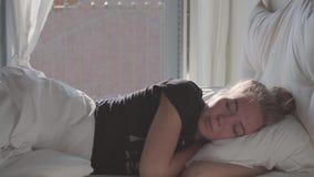 Tienerslaap in Bed stock video