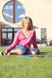 Tienerstudent die buiten de school glimlachen Stock Fotografie