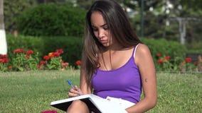 TienerStudente Thinking And Studying en het Schrijven stock footage