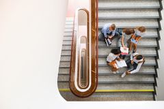 Tienerstudenten op treden in middelbare school stock fotografie