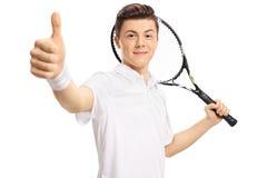 Tienertennisspeler die een duim maken omhoog ondertekenen stock fotografie
