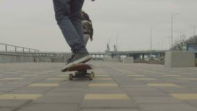 Tienervrienden genieten die op stadsstraat met een skateboard rijden stock video