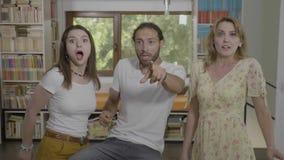 Tienervrienden plotseling en paniekreactie die bang door bizar en eng iets zijn hebben geschokt - stock footage