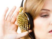 Tienervrouw die hoofdtelefoons dragen Stock Afbeelding