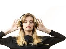 Tienervrouw die hoofdtelefoons dragen royalty-vrije stock foto